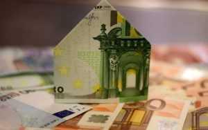 billet de banque plié en forme de maison représente les frais de tva minimes pour des profits importants