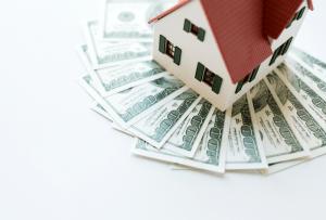 aller retour rapide une maison posée sur un tas de billets : le marchand de biens peut gagner un an de salaire en 10h de boulot
